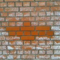 Удаление высолов на кирпиче или бетоне